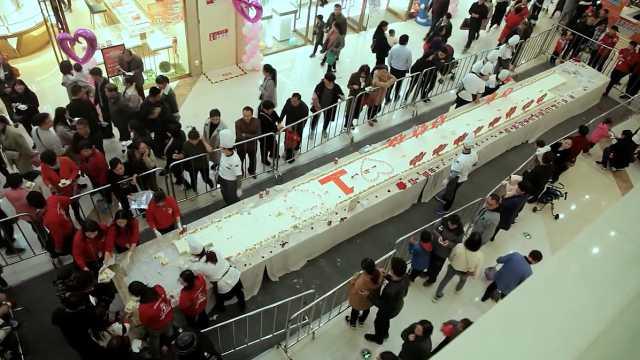 20米超长大蛋糕,千人排队免费吃