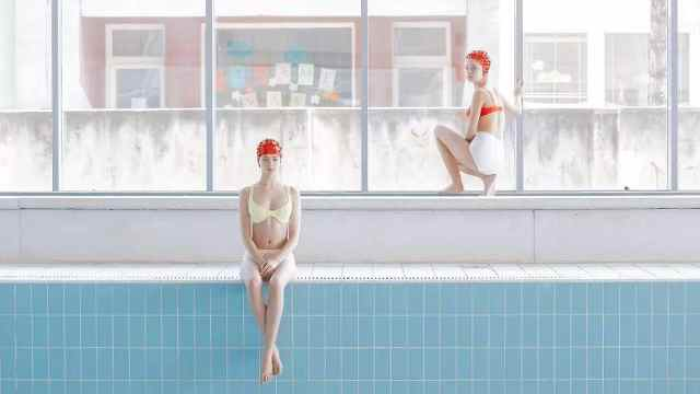 专拍泳池的女摄影师