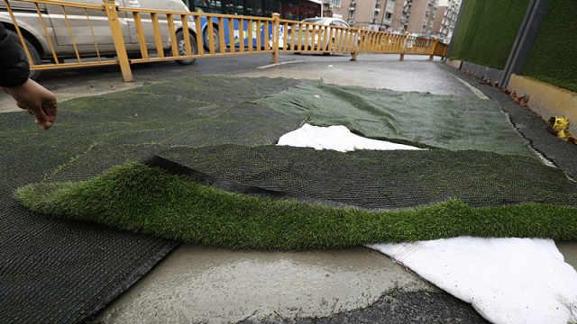 杭州闹市区路面塌陷,已用水泥填充