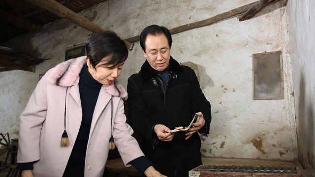 首富许家印携妻子返乡,追捐6.5亿