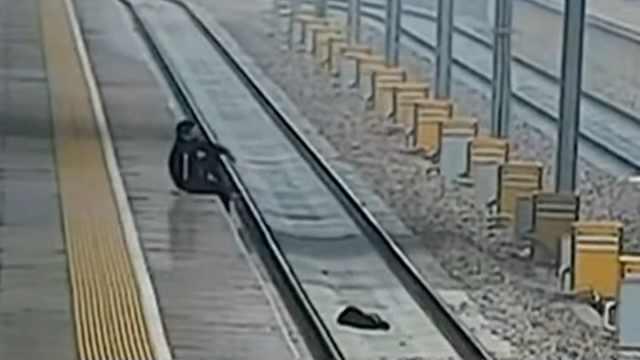 男子强行闯卡赶高铁,还扔包进轨道