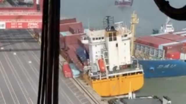万吨货轮撞上千吨轮,货物洒落海面