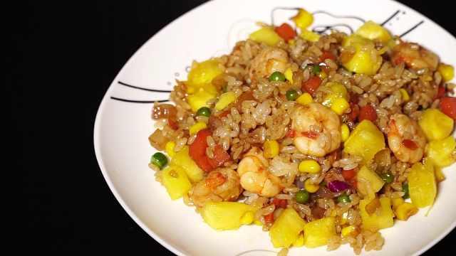 正宗菠萝虾仁炒饭,米饭颗粒分明