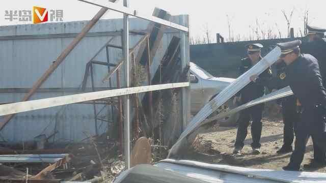 平度市执法人员拆除违法建筑