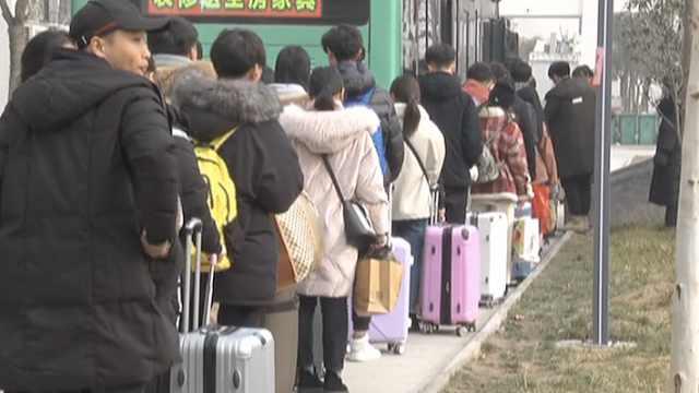 学生放假乘车难,公交派7辆车免费送
