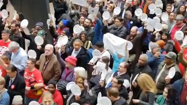 上百名美国联邦雇员占领参议院大楼