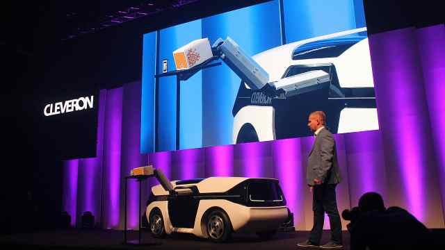 带机械臂无人驾驶车,能代替快递员