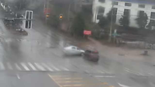 轿车路口被撞旋转180°,司机负全责