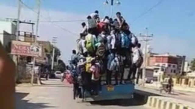 """印度几十名学生""""挂""""公交上赶考!"""