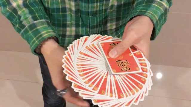 扑克牌在手上自动展开?