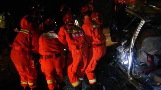 大货车与面包车相撞,致4人死亡!