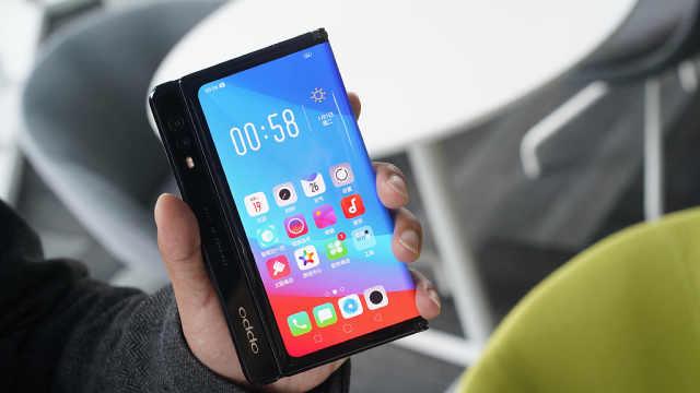 沈义人展示OPPO折叠屏手机