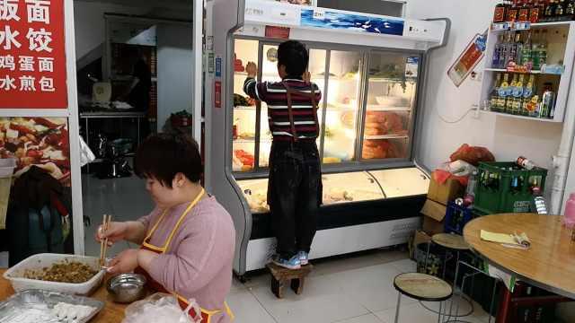 袖珍夫妻创业开小吃店,靠双手脱贫