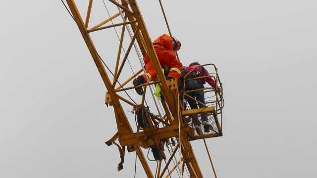 女工铰伤困35米高空,消防横渡施救