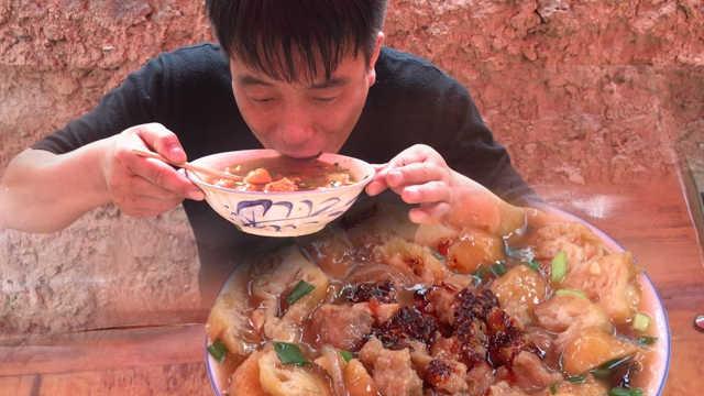 山西有道名吃叫糊包:用麻花煲成汤