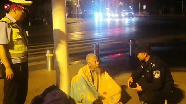深夜,一位老人坐在街头