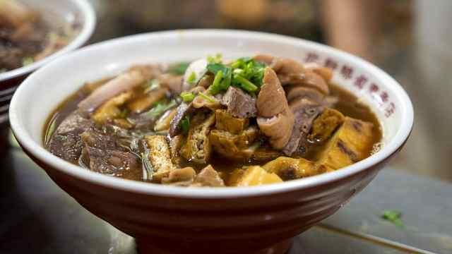 北京美食卤煮火烧,大肠小肠一锅烩