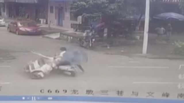 监拍:小伙撞人扶起伤者又马上跑了