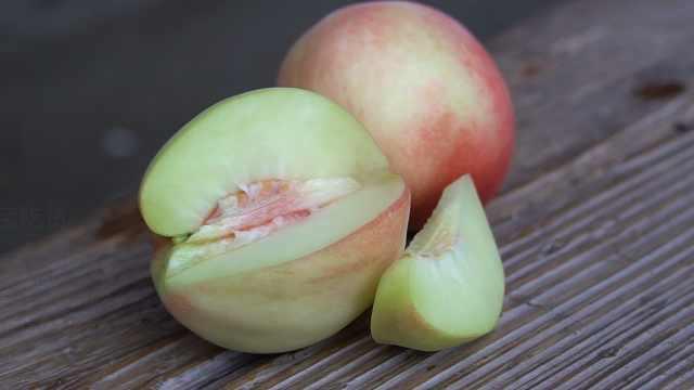大叔种植白凤桃30年:手剥皮就能吃