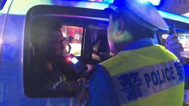 醉驾司机为逃避交警,连闯三灯三卡