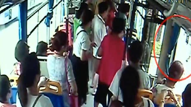他开公交送晕倒女孩就医,乘客说好